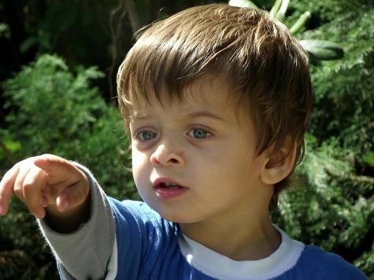 Takhle si prstíčkem Michael Decastelo diriguje rodiče.