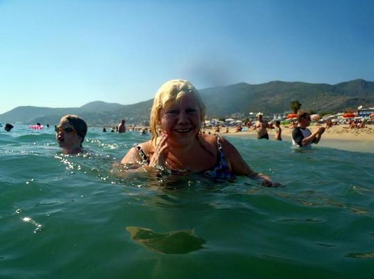 Pojkarová si užívala mořské vody.