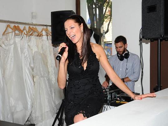 Olga Lounová na akci ve svatebním salónu San Verita zazpívala.
