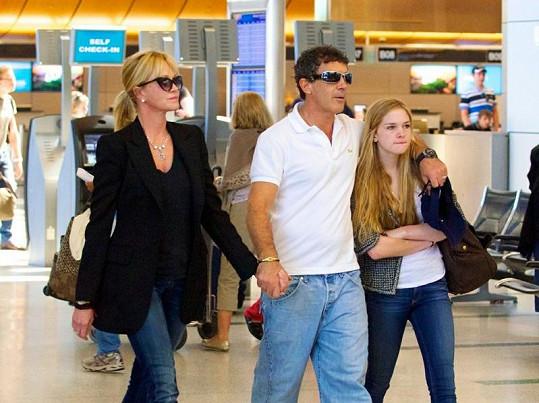 Melanie, Antonio a Stella na letišti v Los Angeles.