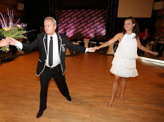 Saša věnoval své taneční partnerce kytku.