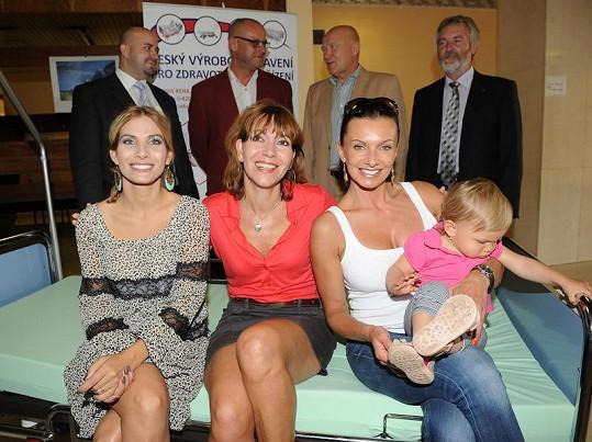 Eva Decastelo, Míša Dolinová a Alice Bendová se sponzory v vedením Bulovky.