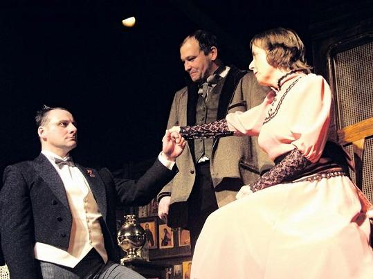 Bára Hrzánová a Radek Holub (vlevo) za asistence Marka Taclíka v divadelní hře Ženitba.