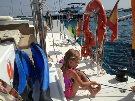 Malá Laura se naučila skákat do moře šipky.