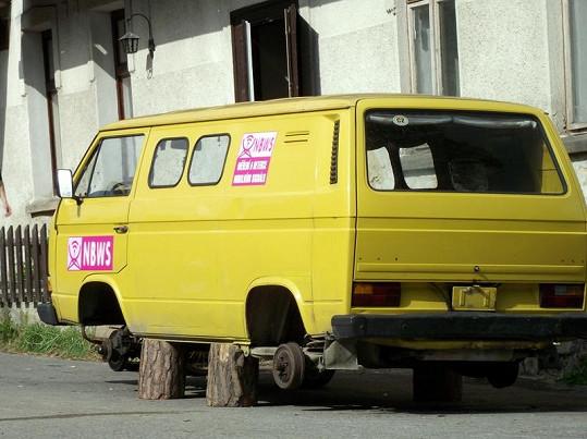 Auto, kterým Dyk s Hádkem přijedou do vesnice, přijde o kola.