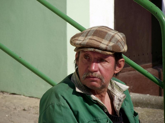 Pan Gazda je jedním z napadených. Ota Šimek ho v opilosti surově zbil.