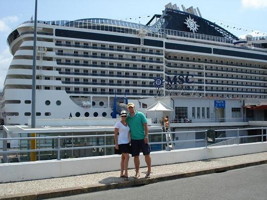 Kateřina Kristelová s manželem Martinem Tůmou před zaoceánsku lodí.