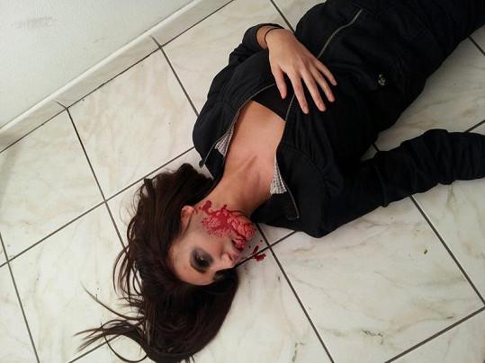 Táňa v kaluži krve.