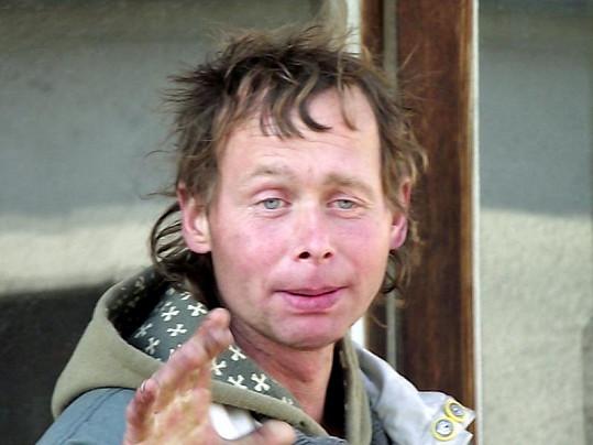 Bratr Jarka Šimka alkoholik Ota. Po kolapsu se mu Jarek podobal.