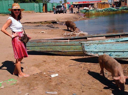 Beata na procházce ve společnosti afrických prasátek.