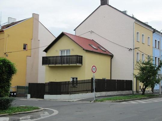 V tomhle domě v Písečné ulici v Chebu Ilona žila do svých pěti let.