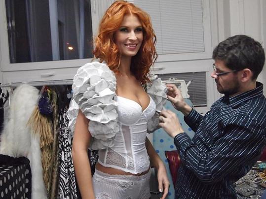 Na kostýmech tentokrát pracuje návrhář a designér Petr Kalouda.