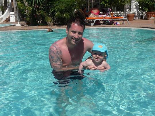 Petr se synem Maxem v hotelovém bazénu na Grand Canarii.