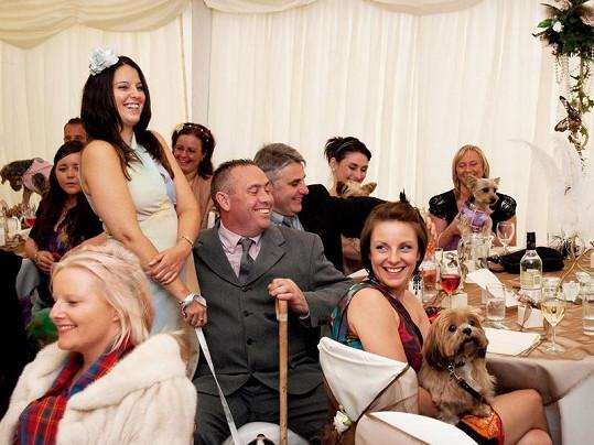 Psí svatby se zúčastnilo 80 hostů.