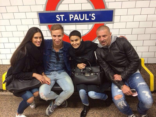 Aneta s Michalem a Vlaďka s Tomášem si výlet do Londýna užívají.