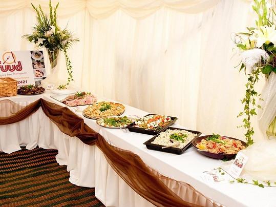 Rautové stoly se prohýbaly pod vyhlášenými lahůdkami.
