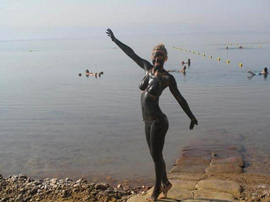 Modelka poslala své fotky od Mrtvého moře na internet.