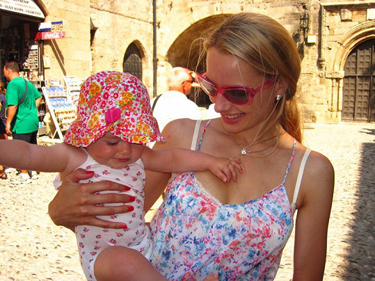 Slavná maminka se svou holčičkou.