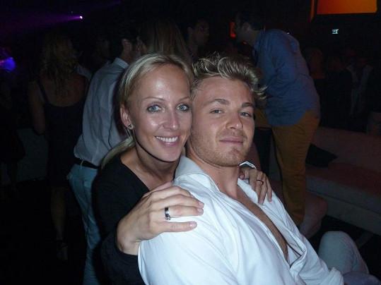 Zuzka se tulila k Nico Rosbergovi.