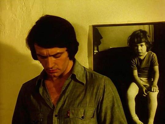 Vlastimil Harapes si ve filmu zahrál truchlícího otce.