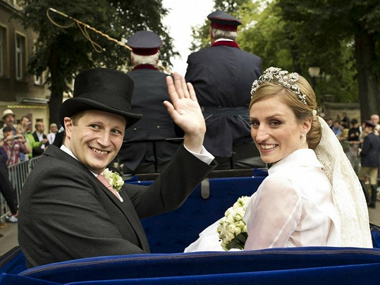 Georg Friedrich Ferdinand Pruský a Sophia von Isenburg mávají přihlížejícím lidem.