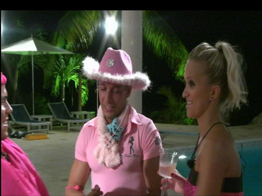 Viktor zahájí svou účast v Hotelu Paradise růžovou party.