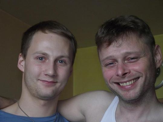 Jarek Šimek (vpravo) s kamarádem. Už v neděli vypadal unaveně.