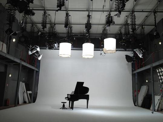 Finalistka SuperStar toužila po komorním videoklipu. Kromě ní se tam tedy objeví jen křídlo.