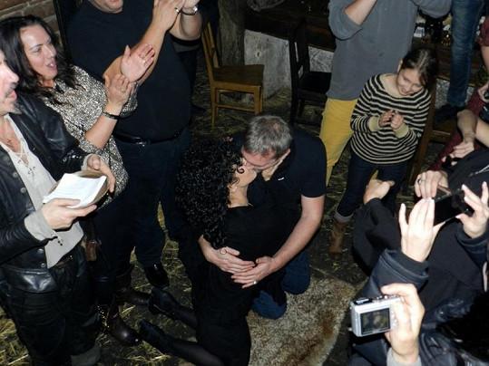 Takhle vášnivě políbil Bílou její Makovička.