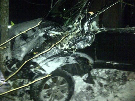 Vůz byl po nárazu do stromu v opravdu žalostném stavu.