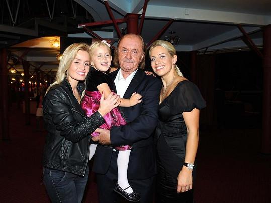 Producent s dcerami Alicí a Emičkou a partnerkou Terezou Mátlovou.