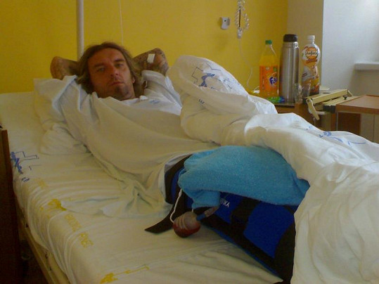 Zpěvák po operaci.