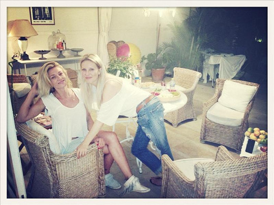 Simona Krainová si užívá chvilek volna s manželem u kamarádky ve Španělsku.