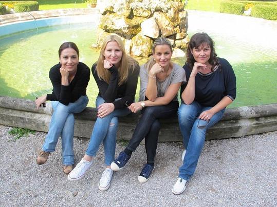 Míša Kuklová, Monika Marešová, Ivana Gottová a Ilona Csáková zapózovaly na kašně.