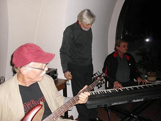 Josef Abrhám starší se zájmem okukoval hudební fígle pianisty.