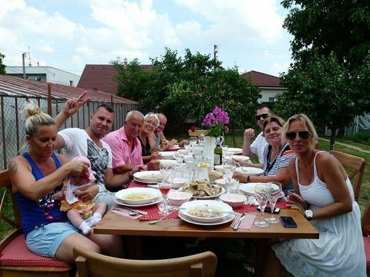 Slavnostní oběd s rodinou na zahradě