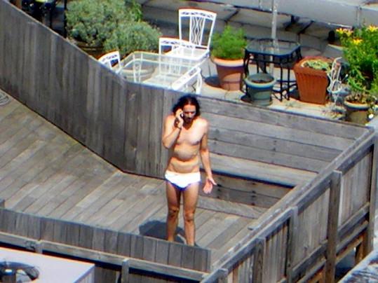 Russel Brand telefonoval ve slipech na terase.