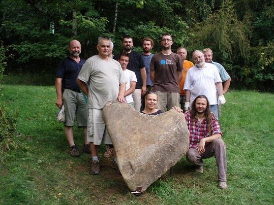 Dagmar nechala instalovat v sadu na Hrádečku několikatunové kamenné srdce. Kámen byl vyzdvižen ze Studené Vltavy u obce Stožec.