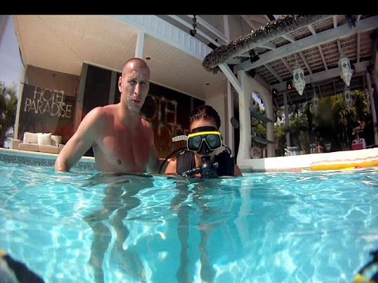 Nový obyvatel Hotelu Paradise se projeví jako zkušený instruktor potápění.