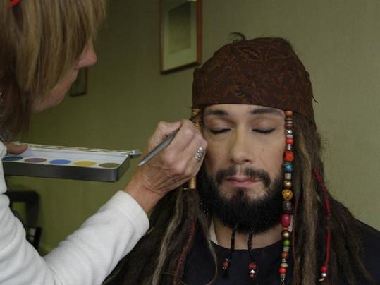 Při přípravě Liška přišel o část vousů. Jiné zase získal.