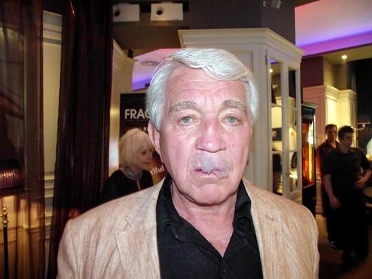 Jiří Krampol po incidentu manželky začal znovu kouřit.