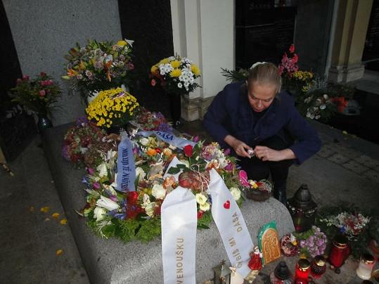 Dagmar Havlová se u hrobu zesnulého prezidenta rozplakala.