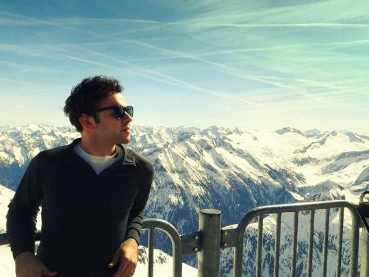Michal se v Alpách skrývá před alergeny.