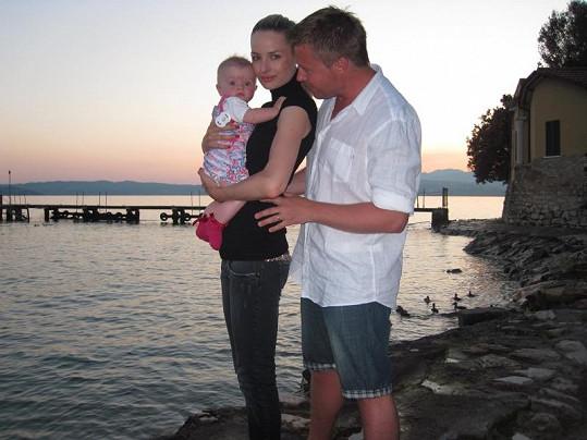 Šťastná rodinka u jezera.