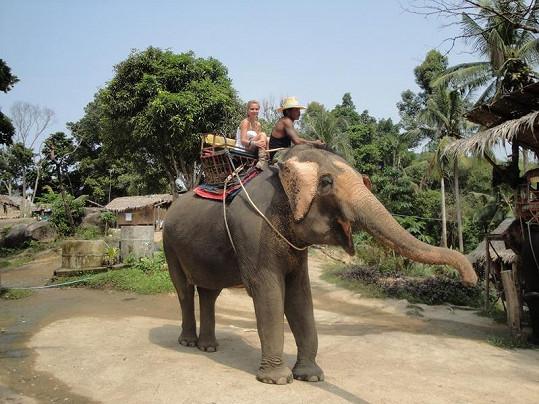Michaela Ochotská si dopřála i jízdu na slonu.