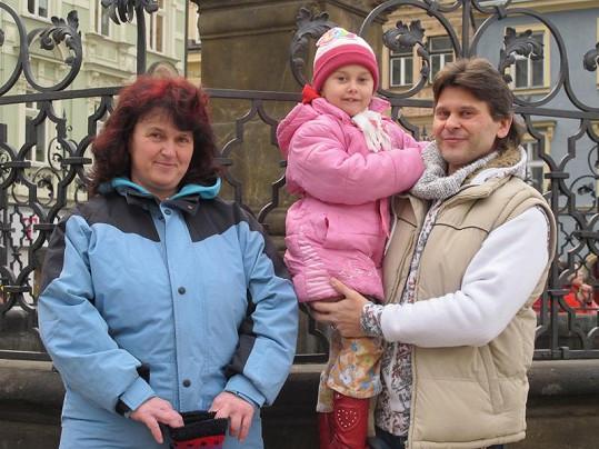 Štěpánka Hanousková s náhradním manželem Petrem a jeho dcerou Anetkou.