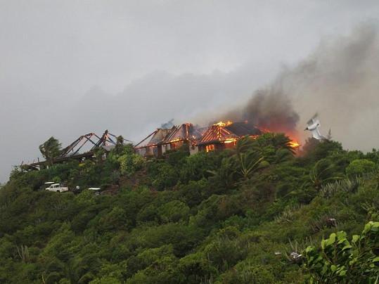 Dohořívající Bransonův dům na ostrově Necker.