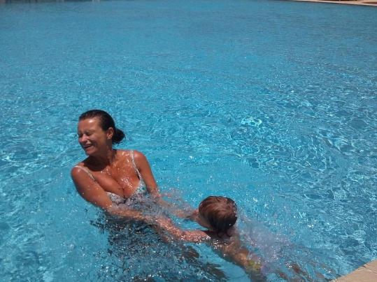 Jana Adamcová při vodních hrátkách s dcerou Jasmine Annou.