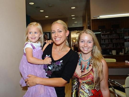 Na ostříhanou Emily se přišla podívat i teta Markéta, další ze sester Mátlových.