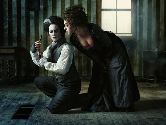 Saša Rašilov jako ďábelský holič Sweeney Todd a Vanda Hybnerová jako paní Lovettová.